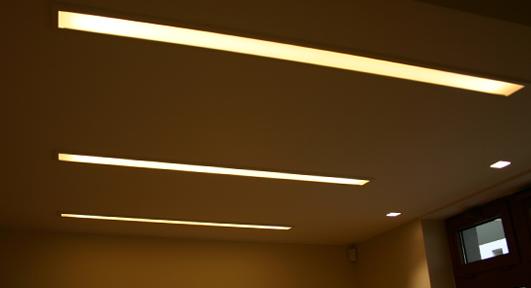 oświetlenie sufitu na profilu aluminiowym z taśmą led
